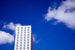 Edificio per uffici e cielo immagine stock libera da diritti