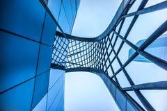 Edificio per uffici e cielo blu corporativo moderni con le nuvole Fotografie Stock