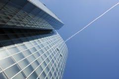 Edificio per uffici e contrail nel cielo fotografia stock
