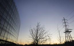 Edificio per uffici e pilone di elettricità Immagini Stock Libere da Diritti