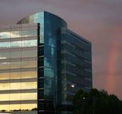 Edificio per uffici ed arcobaleno Immagine Stock