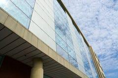Edificio per uffici generico moderno Riflessioni della nuvola immagine stock libera da diritti