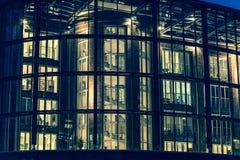 Edificio per uffici moderno alla notte, Amburgo, Germania fotografie stock libere da diritti