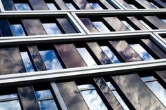 Edificio per uffici moderno con il rivestimento di glas Immagine Stock Libera da Diritti