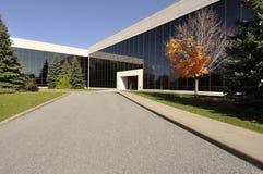 Edificio per uffici moderno con l'autunno Foilage fotografia stock libera da diritti