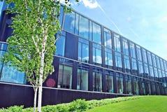 Edificio per uffici moderno con la facciata di vetro immagini stock libere da diritti
