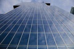Edificio per uffici moderno con le riflessioni sulle finestre Fotografia Stock