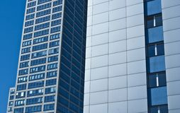 Edificio per uffici moderno dei grattacieli, cielo blu Immagini Stock
