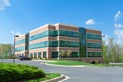 Edificio per uffici moderno del cubo che parcheggia MD suburbano Fotografie Stock