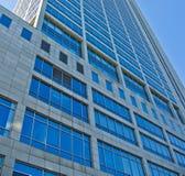Edificio per uffici moderno del grattacielo, cielo blu Fotografie Stock Libere da Diritti