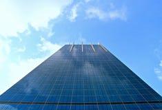 Edificio per uffici moderno dello specchio contro il fondo del cielo blu immagini stock