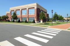Edificio per uffici nella zona suburbana Fotografia Stock Libera da Diritti