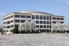 Edificio per uffici in primavera Fotografia Stock Libera da Diritti