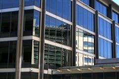 Edificio per uffici riflesso Fotografia Stock Libera da Diritti