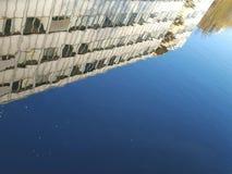 Edificio per uffici riflesso su acqua Fotografie Stock