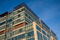 Edificio per uffici sopra il cielo blu Immagini Stock Libere da Diritti