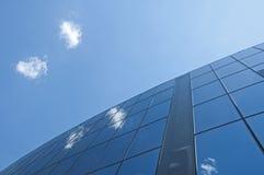 Edificio per uffici su un cielo blu Fotografia Stock Libera da Diritti