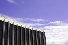 Edificio per uffici sul cielo della priorità bassa Fotografia Stock Libera da Diritti
