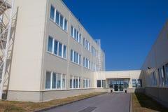 Edificio per uffici a tre piani moderno con un'uscita di sicurezza fotografia stock libera da diritti
