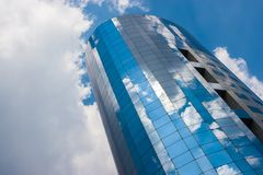 Edificio per uffici un giorno nuvoloso Cielo blu nei precedenti destra Immagini Stock Libere da Diritti