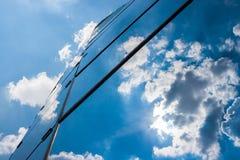 Edificio per uffici un giorno nuvoloso Cielo blu nei precedenti destra Immagini Stock