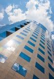 Edificio per uffici un giorno nuvoloso Cielo blu nei precedenti left immagine stock libera da diritti