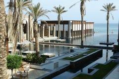 Edificio, piscina y mar modernos Fotos de archivo