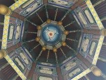 Edificio poligonal, se colorea, con tres grúas blancas dentro fotos de archivo