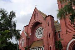 Edificio principal de la iglesia con el árbol en fondo del cielo en la catedral de la trinidad santa Imagen de archivo libre de regalías