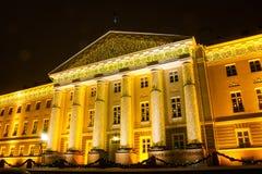 Edificio principal de la universidad de Tartu en la decoración de la Navidad Fotos de archivo libres de regalías