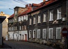 Edificio que desmenuza viejo en Europa del este Gente que vive en necesidad imagen de archivo