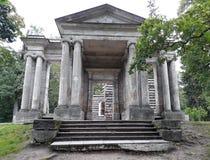 Edificio redondo La máscara porta en el parque del palacio de Gatchina Imagen de archivo libre de regalías