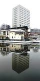 Edificio reflejado Fotos de archivo