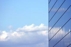 Edificio reflejado del asunto imagenes de archivo