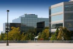 Edificio reflejado del asunto imagen de archivo libre de regalías