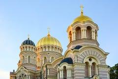 Edificio religioso, catedral cristiana ortodoxa con los dom de oro foto de archivo libre de regalías