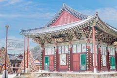 Edificio religioso en el templo budista Songgwangsa, Corea del Sur 12 de abril de 2017 cerca del cumpleaños de Budda Foto de archivo libre de regalías