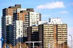 Edificio residencial alto imagenes de archivo