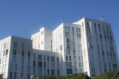 Edificio residencial blanco Fotos de archivo libres de regalías