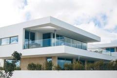 Edificio residencial blanco en el sur de Portugal Imagen de archivo libre de regalías