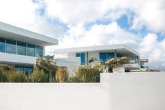 Edificio residencial blanco en el sur de Portugal Fotos de archivo libres de regalías