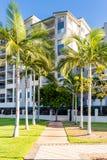 Edificio residencial con la porción de palmtrees fotos de archivo