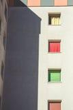 Edificio residencial con las ventanas Fotos de archivo libres de regalías