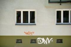 Edificio residencial con las ventanas del sótano Foto de archivo