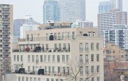 Edificio residencial con los balcones adentro en el centro de la ciudad imágenes de archivo libres de regalías