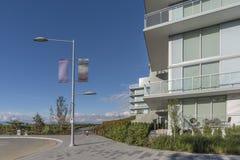 Edificio residencial de gran altura moderno, nuevo, una tabla y mimbre c fotografía de archivo