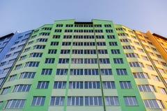 edificio residencial de varios pisos Nuevo-construido Imagen de archivo libre de regalías
