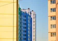 edificio residencial de varios pisos Nuevo-construido imágenes de archivo libres de regalías