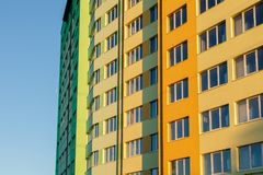 edificio residencial de varios pisos Nuevo-construido Fotos de archivo libres de regalías