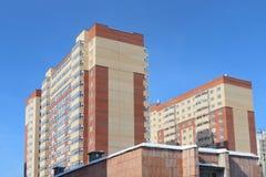 Edificio residencial de varios pisos recientemente construido foto de archivo libre de regalías
